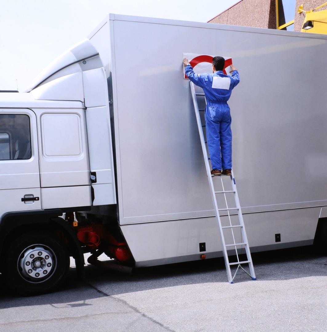 Signalétique de véhicule et installation d'équipements